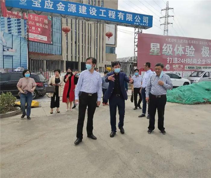 扬州市人大宝应代表组成员一行,莅临金源温泉生活广场施工现场观摩指导。